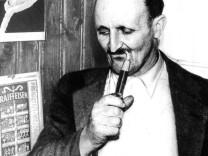Der Wünschelrutengänger Alois Irlmaier in seiner Wohnung, 50er Jahre.