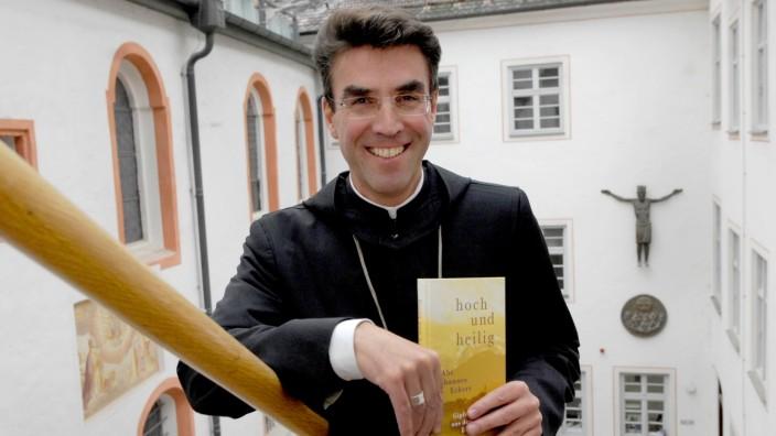 Andechs: Abt Johannes stellt sein Buch 'hoch&heilig' vor.