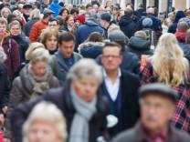 DEU Deutschland Münster 04 04 2015 Am Samstag vor Ostern sind zahlreiche Passanten in der Innen