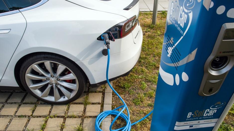 Tesla Model S an einer Stromtankstelle für Elektroautos