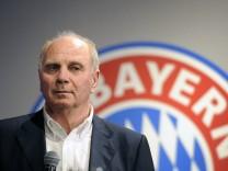 Uli HOENESS Höness Ex Praesident Bayern Muenchen vor Vereinsemblem Vereinswappen Einzelbild anges