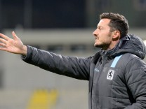 v li Trainer Michael Kokocinski TSV 1860 München II gibt Anweisungen gestikuliert mit den Arme
