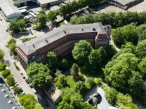 """Die alte, denkmalgeschützte Kriegsakademie an der Pappenheimstraße 14. Die Telekom will das Gebäude und etwa 10000 Quadratmeter Fläche verkaufen; das Areal soll mit Neubauten zu dem Neubauquartier """"Artists"""" entwickelt werden."""