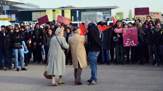 Gegendemonstranten blockieren im April Delegierten der AfD den Zugang zu deren Bundesparteitag in Stuttgart. (Foto: Getty Images)