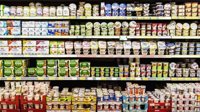 Supermarkt Regal mit verschiedenen Produkten K¸hlregal Fertigprodukte Fertiggerichte Milchprodu