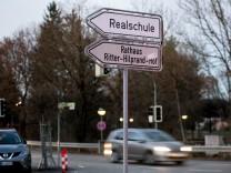Hinweisschilder/Wegweiser, an der Ecke Münchner Straße/Köglweg mit Wegweiser zum Rathaus