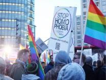 Stop Homo Phobia DEU Berlin 20140223 demo am Potsdamer Platz Rainbow Fahnen gegen Diskriminierung