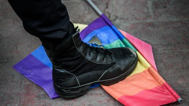Türkischer Polizist während einer LGBT-Demo
