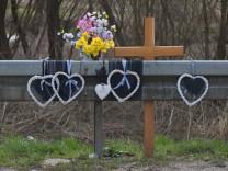 Gedenkkreuz eines tödlichen Unfalls an der Straße Nürnberg Mittelfranken Bayern Deutschland Eur