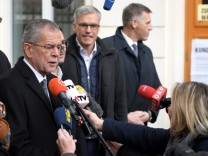 Präsidentschaftskandidat Alexander Van der Bellen vor dem Wahllokal in Wien