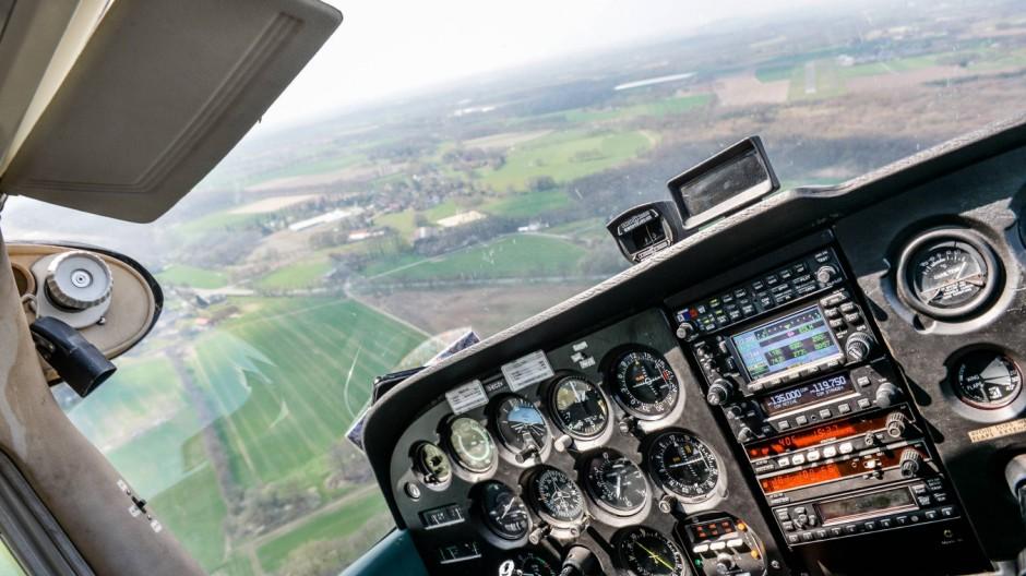 Sportflugzeug Sportfliegerei Cockpit einer Cessna während des Fluges xAGJPGx
