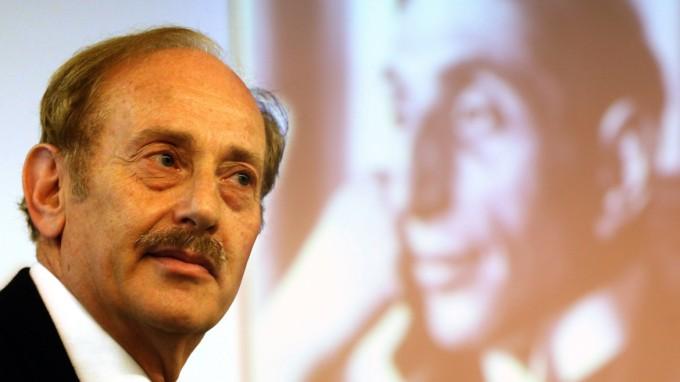 Michael Hulton, Großneffe des Kunsthändlers Alfred Flechtheim, vor einem Foto seines Großonkels. (Foto: dpa)