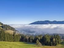 Ausblick vom Zwiesel auf den Isarwinkel der zum Teil nebelbedeckt ist PUBLICATIONxINxGERxSUIxAUTxHUN