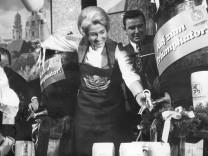 Hildegard Hamm-Brücher  beim Starkbieranstich in München, 1974
