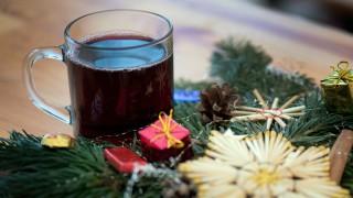 Glühwein und Weihnachtsdekoration