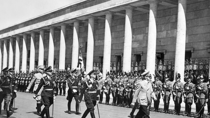 Adolf Hitler vor dem Haus der Kunst in München