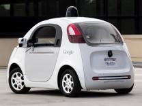 Ein selbstfahrendes Elektroauto von Google bei Testfahrten mit Journalisten