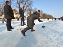 Eisstockschützen auf dem Nymphenburger Kanal in München, 2013