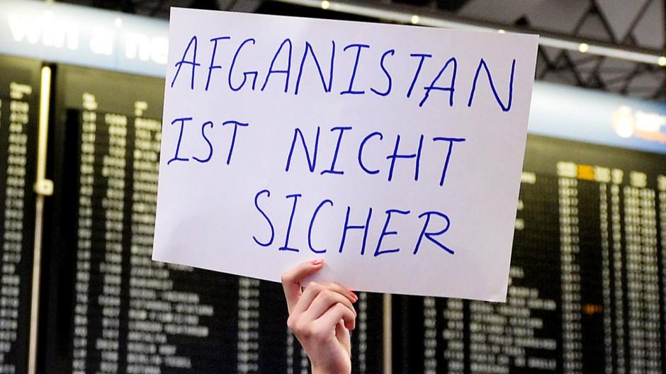 Demo gegen geplante Abschiebung am Frankfurter Flughafen
