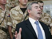 Der britische Premier Gordon Brown bei einem Besuch im Irak (Archivbild vom 2.10.2007)