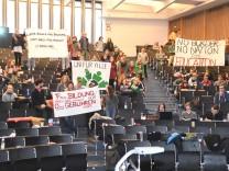 Studenten demonstrieren gegen geplante Studiengebühren; freiburgaudimax