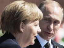 MOSCOW RUSSIA MAY 10 2015 Russia s President Vladimir Putin L and Germany s Chancellor Angela
