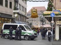 Auf dem Nuernberger Christkindlesmarkt zeigt die Polizei am Tag nach dem Berliner Anschlag deutlich