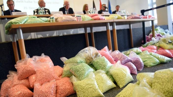 Zoll zeigt beschlagnahmte Drogen