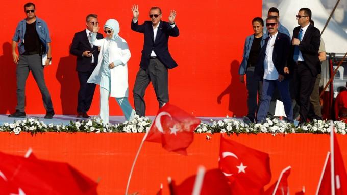 Recep Tayyip Erdoğan und seine Anhänger - der Terrorakt an Silvester zeigt, wie ineffizient der türkische Sicherheitsapparat ist. (Foto: Osman Orsal/Reuters)