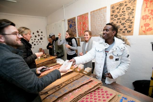 Ausstellung und Präsentation des Non-Profit Integrationsprojektes Peace of Paper in der FÄRBEREI, Claude-Lorrain-Straße 25
