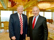 FILE PHOTO - Israeli Prime Minister Benjamin Netanyahu stands next to Republican U.S. presidential candidate Donald Trump during their meeting in New York