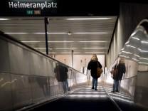 Frau nach Trittattacke auf Rolltreppe beraubt