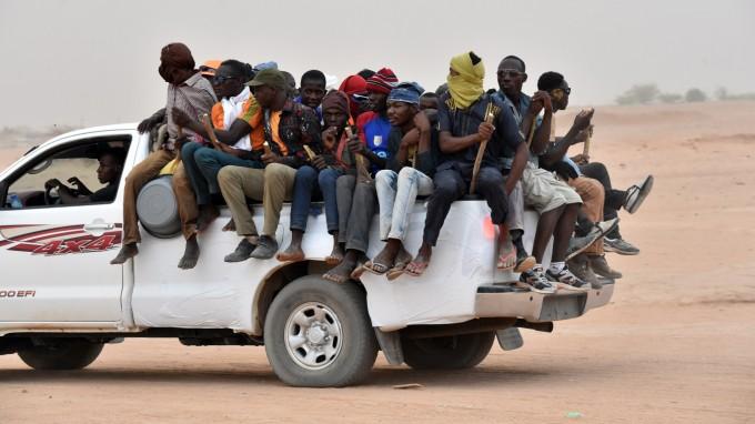 Viel Hoffnung, wenig Gepäck: Migranten nahe der nigrischen Stadt Agadez auf dem Weg nach Norden. (Foto: Issouf Sanogo/AFP)