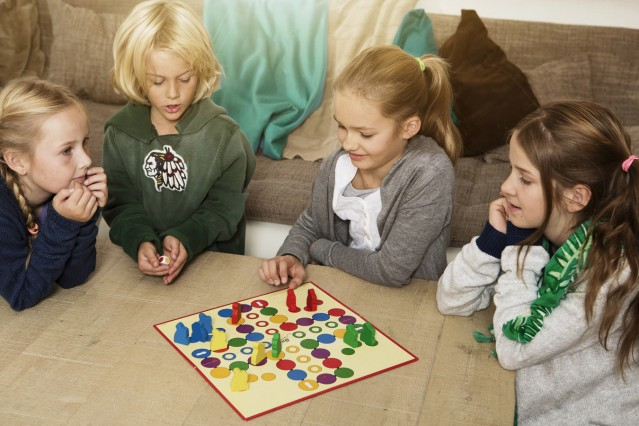 Four children playing ludo in living room model released PUBLICATIONxINxGERxSUIxAUTxHUNxONLY GD00021