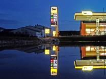 Moorenweis: Naechtliche Agip-Tankstelle