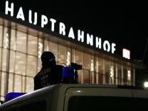 Übergriffe an Silvester in Köln: Polizist überwacht Platz vor Kölner Hauptbahnhof mit Videokamera