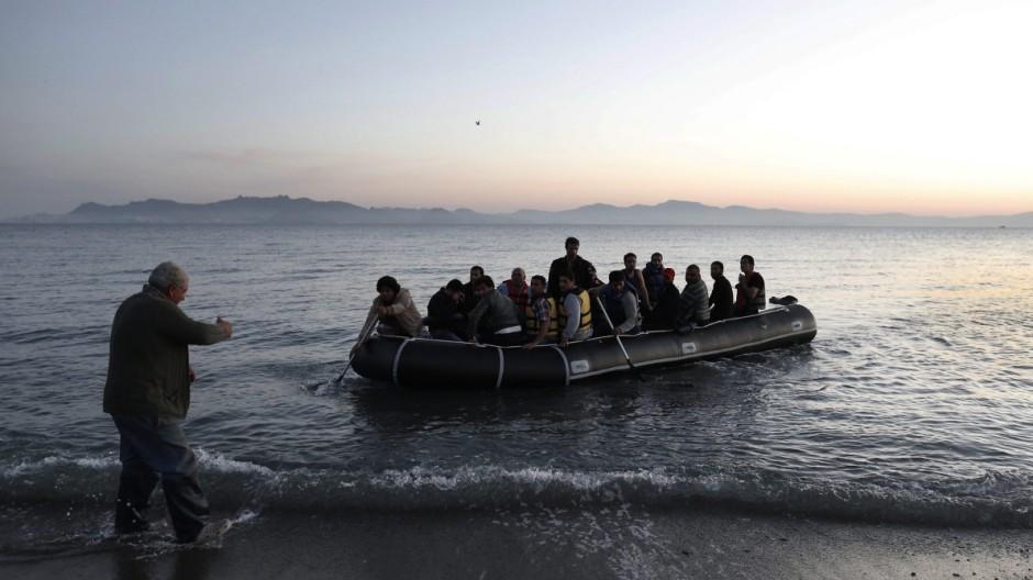 Ein Flüchtlingsboot legt an der Insel Kos an