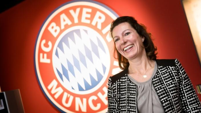 Petra Leufstedt genehmigt das Bayern-Logo für private Zwecke, etwa für Glasaugen oder Haustüren. Fotografiert am Eingang (Empfang) der FC Bayern-Erlebniswelt in der Allianz Arena. Das Logo hängt zwischen Garderoben und den Drehkreuzen, über die man m
