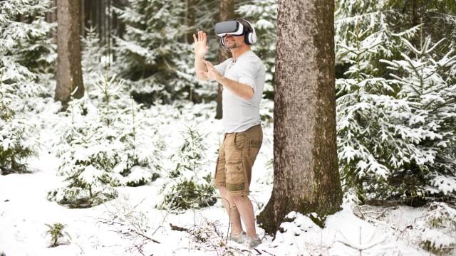 Man wearing Virtual Reality Glasses in winter landscape model released Symbolfoto PUBLICATIONxINxGER