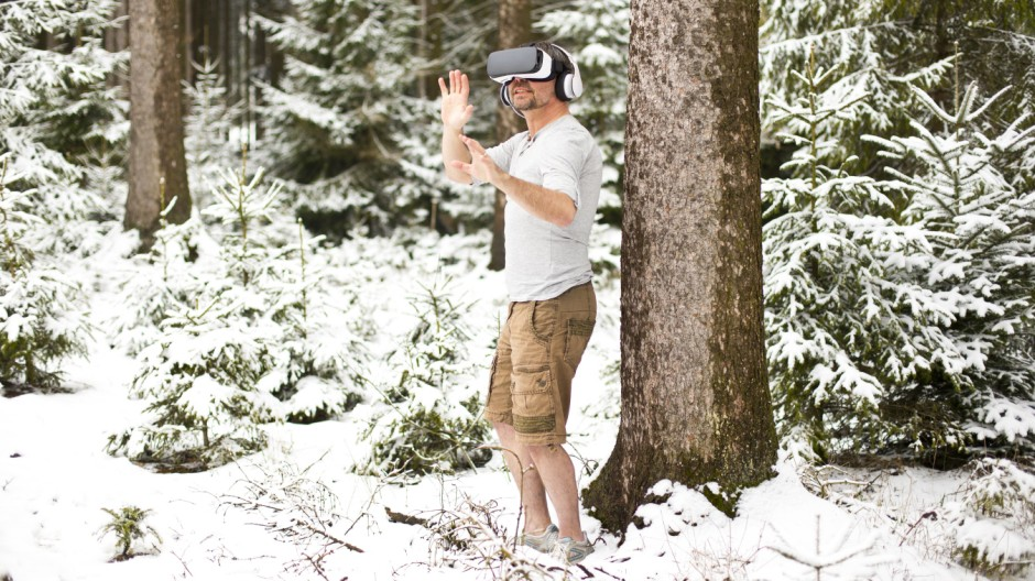 Man wearing Virtual Reality Glasses in winter landscape model released Symbolfoto PUBLICATIONxINxGER