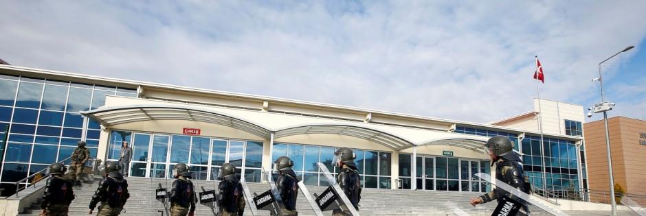 Türkische Soldaten sichern das Silivri-Gefängnis in Istanbul, in dem der erste Prozess im Zusammenhang mit dem vereitelten Putschversuch vom Juli 2016 stattfindet. (Foto: REUTERS)