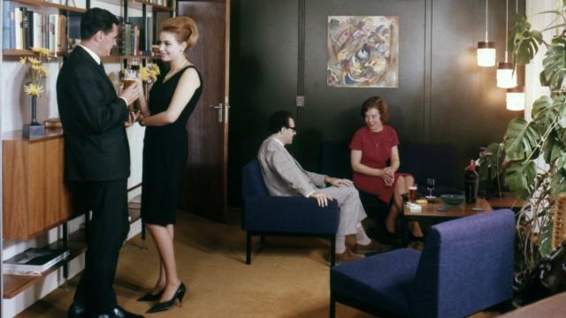 Wohnzimmer GER ca 1958 Gäste im Wohnzimmer zuhause