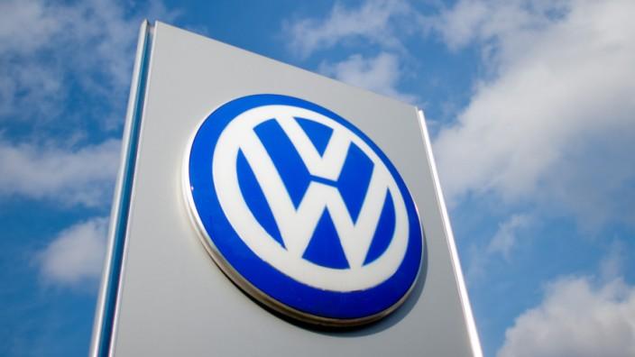 Volkswagen-Logo bei einem VW-Autohaus in Hannover