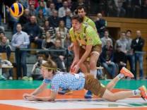 Vergebliche Abwehr von Ferdinand TILLE 7 HER und Florian MALESCHA 6 HER Volleyball TSV Her; Volleyball