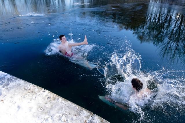 Juhu, schwimmen im Winter