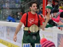 Justin Shugg 41 Augsburger Panther nach dem Spiel mit dem internen Champions guertel der Augsburge; Eishockey