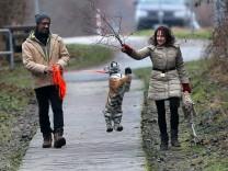 Zirkusfamilie zieht  Tigerkind auf