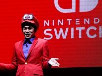 Yoshiaki Koizumi, Vize-Planungschef bei Nintendo, präsentiert die Switch in einem Super-Mario-Outfit.