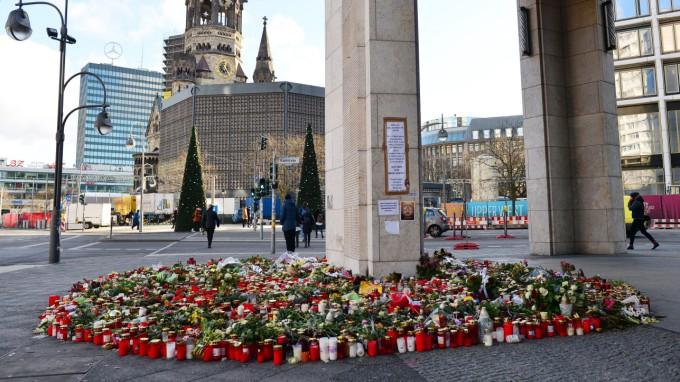Kerzen und Blumen in der Nähe des Breitscheidplatzes in Berlin: Zwölf Menschen starben am 19. Dezember bei dem Terrorangriff. (Foto: dpa)