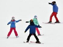 Winter im Sauerland Kinder üben am 14.01.2017 in Winterberg (Nordrhein-Westfalen) auf einer Piste auf dem Altastenberg das Skifahren.